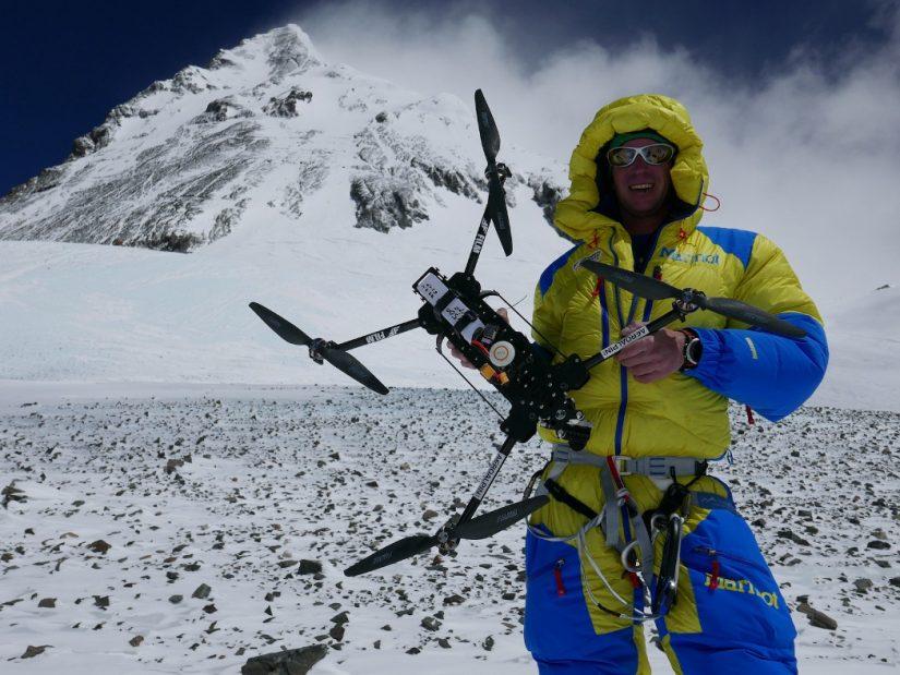 Lukas Furtenbach mit Drohne vor Mount Everest
